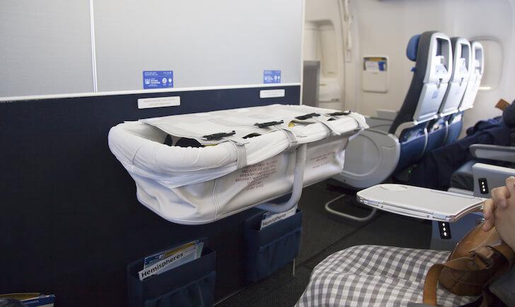 機内で使用できるベビーバシネット